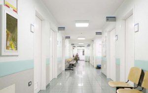Больница с белыми стенами