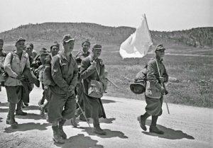 Пленные итальянские солдаты с белым флагом