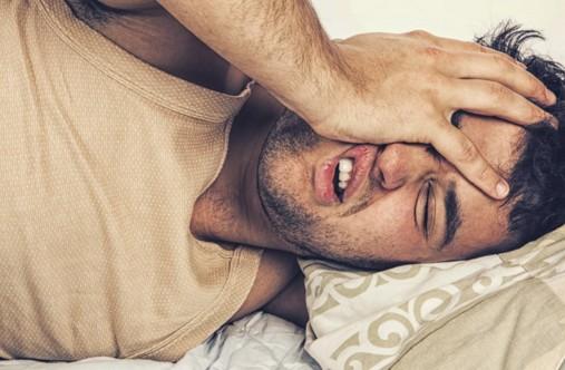 Почему мужчина долго ворочался в кровати, а потом быстро уснул