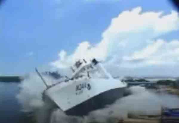 Спуск корабля на воду боком