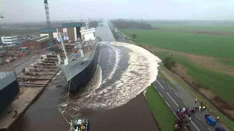 Спуск корабля на воду у дороги